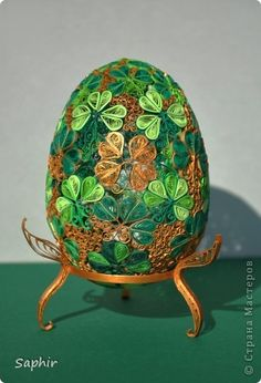 An awesome collection of 14 paper quilled eggs - a Quillspiration post this spring from Honey's Quilling Quilling Images, Paper Quilling Designs, Quilling Patterns, Origami And Quilling, Quilling Paper Craft, Easter Projects, Easter Crafts, Paper Folding Crafts, Quilled Creations