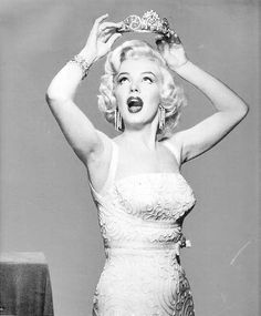 Find images and videos about vintage, Queen and Marilyn Monroe on We Heart It - the app to get lost in what you love. Hollywood Glamour, Hollywood Actresses, Old Hollywood, Hollywood Stars, Charlotte Gabris, Fru Fru, Idole, Marilyn Monroe Photos, Star Wars