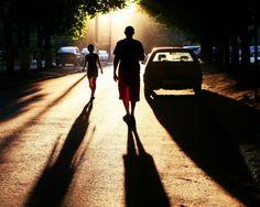 1280x1024 Обои люди, дорога, тень, вечер, автомобили, силуэты