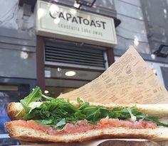 Eccoci fuori al primo storico #CAPATOAST d'Italia, lo store di Napoli VOMERO, pronti a gustare un succulento #VANITOSO il Toast gourmet farcito con salmone affumicato, rucola e fettine di limone di Sorrento. 🍞😍 Freschissimo, gustoso e dietetico!
