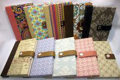 Sketchbook é um prático caderno de notas, no tamanho 10,5 x 15 cm. Ideal para levar na bolsa. Revestido em tecido, com fechamento em couro ou elástico.  Consulte estampas disponíveis e produtos a pronta entrega R$ 33,00