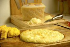 Oggi vi proponiamo la ricetta originale del frico friulano, un delizioso secondo piatto a base di formaggio, patate e cipolle. Se preferite potete tagliare il frico a fette e servirlo come antipasto. In alternativa, se accompagnato con la polenta, il frico diventa un piatto unico delizioso! La preparazione della ricetta è anche molto semplice!