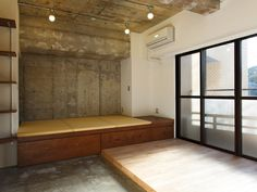 <p>室内側が土間、窓辺が板間という意外な発想。どう使うか考えるのが楽しいワンルーム。</p>