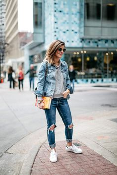 Canadian tuxedo outfit with adidas stan smith sneakers. Winter Outfit For Teen Girls, Winter Outfits Women, Casual Winter Outfits, Outfit Summer, Casual Outfits 2018, Adidas Stan Smith Sneakers, Canadian Tuxedo, Casual Street Style, Casual Jeans