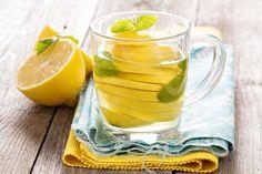 Toma agua tibia con limón