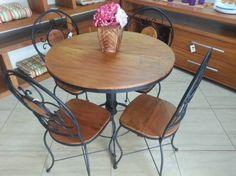 Jogo de mesa redonda com quatro cadeiras. Móveis rústicos, de peroba rosa, madeira de demolição  e ferro fundido. Garden e House Campinas!