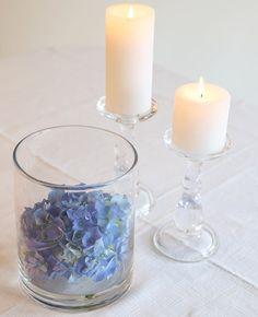 Klassisk og enkel bordpynt  Her har vi lagt en stor hortensia i bunnen av en sylindervase - så lekkert ✨ #Kremmerhuset