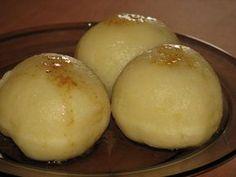 Przepis na kluski z nadzieniem mięsno-warzywnym. Ziemniaki ugotować i ostudzić. Przecisnąć przez praskę do miski. Dodać do nich mąkę ziemniaczaną i jajko. Wszystko razem dokładnie wymieszać i wyrobić ręką na gładką masę.
