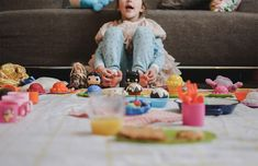 Picnic with friends in the living room - Family Documentary Photography