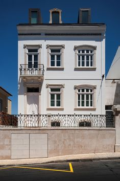 The Robalo Cordeiro House, a single family house in Coimbra, is a two storey building (with attic and basement) that was, prior to the rehabilitation, deeply. Roof Styles, House Styles, Mansard Roof, Hip Roof, Facade Architecture, Beach House, Mansions, Refurbishment, Modern