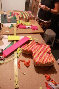 haciendo piñatas