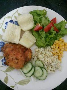 Frango assado com mandioca e salada