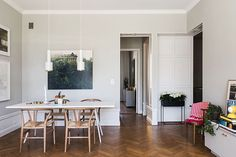 В этой квартире витает дух искусства: картины и фотографии в рамах занимают почти всю площадь стен в гостиной, книги в большом количестве в каждой из комнат, художественный декор стен и высокие потолки. Интерьер в целом современный, хотя в оформлении нашлось место и некоторым винтажным деталям. Легкое и красивое жилье!
