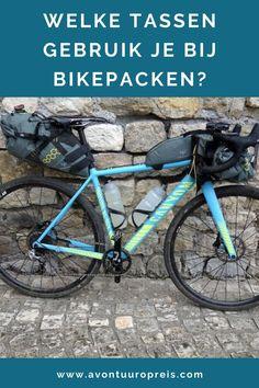 Bikepacking fietstassen  Tijdens het bikepacken wil je zoveel mogelijk licht bepakt op pad gaan. Je neemt dus alleen de essentiële uitrusting voor je reis mee, waardoor je jouw fiets licht en wendbaar houdt. Je gebruikt kleinere en lichtere fietstassen dan bij het vakantiefietsen. Ben je op zoek naar bikepacking fietstassen, dan heb je heel wat verschillende opties en merken om uit te kiezen. Ik geef je een overzicht van bikepacking fietstassen. Road Bike Gear, Road Bike Clothing, Travel Tips, Bicycle, Calm, Healthy, Bike, Bicycle Kick, Travel Advice
