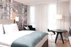 Auch das Holiday Inn am Alexanderplatz in Berlin sorgt für süße Träume in schönen Zimmern mit dekorativem Digitalprint an der Wand