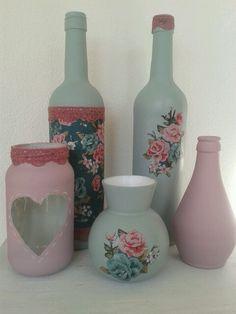 Flessen en potjes met gesso servetten en kant. Bottles and jars painted and decoupage.