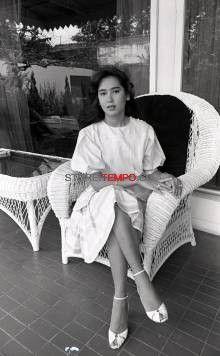 Anak Presiden Soekarno dari Ratna Sari Dewi, Karina/Kartika Soekarno, di rumahnya, Jalan Suwiryo 45, Menteng, Jakarta, 1984. [TEMPO/Anizar M. Jasmine; 32B/132/1984; 32B13208]