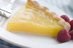 La torta al limone è un classico della pasticceria italiana. Ne esistono molteplici varianti in ogni regione d'Italia. Ogni famiglia vanta una ricetta diversa di torta al limone. Si tratta, infatti, di una torta semplice da realizzare, ma al tempo stesso molto buona. Gli ingredienti sono pochi e semplici, il che permette di preparare questa torta anche all'ultimo momento. Se amate le torte morbide, cremose e dall'intenso sapore di limone, questa ricetta fa per voi. Seguite i passaggi…