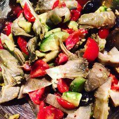 Insalata di carciofi pomodori e avocado