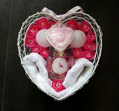 hartvorm draadstaal mand met zeeproosjes, gastendoekje, zeep pompje, kaarsen, hartenzeep.
