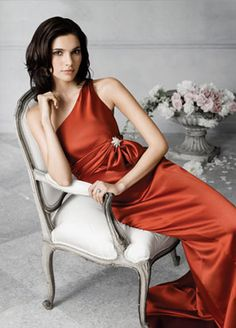 Satin one-shoulder with a bow and crystal. JH5681