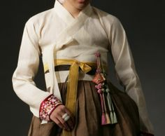 [Norigae]Utilisé, aussi bien par les femmes de la cour que par les femmes du peuple. On l'attachait au goreum (ficelle pour manteau) ou à la taille pour donner des airs luxueux à l'habit entier. Les deux principaux types sont le samjak norigae (un pendeloque à trois ornements) et le danjak norigae (un pendeloque avec un unique ornement). Le Samjak norigae se subdivise en daesamjak et sosamjak .
