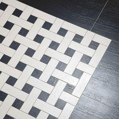 Novinková mozaiková dlažba Zeus Fineza (690 Kč/ks 49,5x49,5 cm) se strukturovaným povrchem se nabízí ve dvou provedeních. Záleží jen na nás, zda převládne bílá nebo černá.