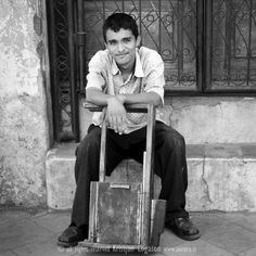 Smiling young man reddy to get your shoe shining in a street in Nicaragua  #streetphotography #photography #travel