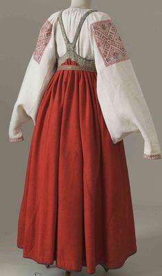 Девичий костюм.Первая половина 19 в.Рубаха с вышивкой льняными и шелковыми нитями, сарафан из сукна, пояс.-Каргополье