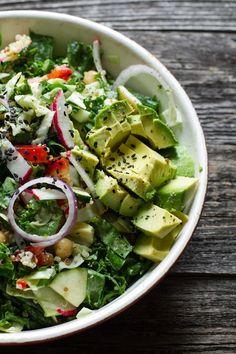 Salada de couve picada e molho cremoso de amêndoas e gengibre