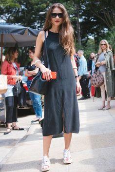 Giovanna Meneghel usa vestido de criação própria, pulseiras vintage, bolsa Mansur Gavriel, tênis Comme des Garçons e óculos Céline