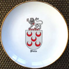 Prato com as armas da família PINTO Medieval, Decorative Plates, Tableware, Home Decor, Portion Plate, Weapons Guns, Rook, Dinnerware, Room Decor