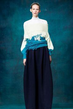 Guarda la sfilata di moda Delpozo a New York e scopri la collezione di abiti e accessori per la stagione Pre-Collezioni Autunno-Inverno 2017-18.