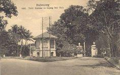 Ingang Botanische tuin in Buitenzorg.