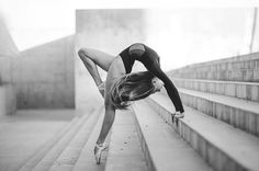 Stunning dance pose ideas for stairs from amazing dance photographers around the world. Be sure to bookmark your favorite dance poses for your next session. Dance Picture Poses, Dance Photo Shoot, Dance Poses, Dance Pictures, Dance Photoshoot Ideas, Yoga Poses, Art Ballet, Ballet Dancers, Tumblr Ballet
