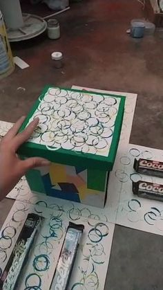 Crea tú propia caja explosiva Birthday Diy, Birthday Gifts, Surprise Box, Diy Gift Box, Art Drawings Sketches Simple, Diy Crafts For Gifts, Explosion Box, Polymer Clay Crafts, Origami