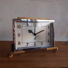 アンティーク JAZの目覚まし時計/置時計|人気のJAZの時計。お待たせいたしました!!今回ご紹介するのは真鍮のスクエアフレームにくるんとした脚がアクセントの目覚まし時計です。モダンでもアンティークでもナチュラルでもどんなインテリアにもおススメ!ガラスはもちろんオリジナルガラスです。ご自宅のにはもちろん、カフェやレストラン、洋服屋さん、どこでも目に止まる素敵なインテリアとして飾ってください!