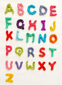 This idea for crochet letters from Handy Kitty is a great way to use up scraps of yarn. I think I might have to make lots of these, now what can I label with crochet letters . Image from Handy Kitty Crochet Diy, Crochet Geek, Crochet Motifs, Crochet Amigurumi, Crochet Crafts, Yarn Crafts, Crochet Stitches, Crochet Projects, Crochet Patterns