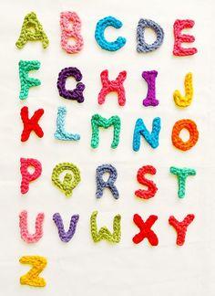 Ravelry: Letters A - Z pattern by Handy Kitty (rose pr les consonnes- bleu pour les voyelles)