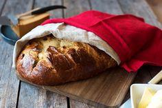 Nybakt julekake med smør og brunost... Her er tipsene som gjør julekaken ekstra god. Oppskrift og fremgangsmåte på julekake. Holiday Recipes, Bread, Dessert, Food, Kuchen, Brot, Deserts, Essen, Postres