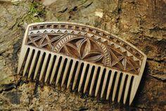 peigne à barbe en bois sculpté