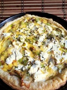 Puff pastry tart, fresh goat cheese, cream and leeks Healthy Salad Recipes, Healthy Snacks, Vegetarian Recipes, Snack Recipes, Leek Tart, Leek Pie, Crockpot Recipes, Cooking Recipes, Yummy Food
