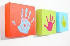 Cuadros con las manos de los niños. Este blog es muy bueno, con muchas ideas a poco precio y muy bien explicado.
