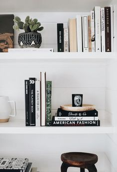 home decor shelf styling inspiration Wohnkultur Regal Styling Inspiration Decor, Shelf Styling, Interior, Bookshelf Styling, Bookcase Styling, Amber Interiors, Home Decor, House Interior, Interior Design