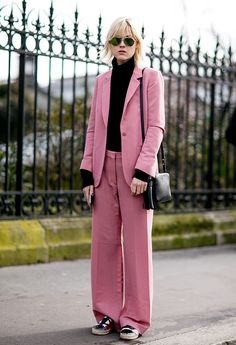 Trendsetters are all about pink! http://en.louloumagazine.com/street-style/the-fave-colour-of-trendistas-is/image/6/ / Les influenceuses de style song folles du rose http://fr.louloumagazine.com/street-style/et-la-couleur-preferee-des-trendistas-est/