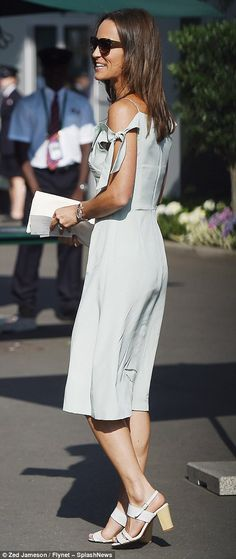 Pippa Middleton channelled two of summer's biggest style trends as she stepped out in a pastel cold-shoulder dress to join her mother Carole for another day of action at Wimbledon. James Middleton, Pippa Middleton Style, Carole Middleton, Middleton Family, Trend Fashion, Daily Fashion, Girl Fashion, Fashion Outfits, Pippa And James