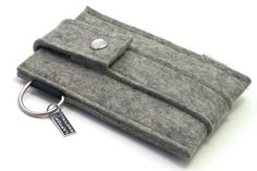 iPhone sleeve in thick felt with closing flap by LaptopTailors