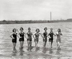 7 women from 1925 in bathing suits have no cellulite Roaring Twenties, The Twenties, Beach Look, Beach Fun, Showgirls, Bikini Photos, Photo Archive, Cellulite, Old Photos