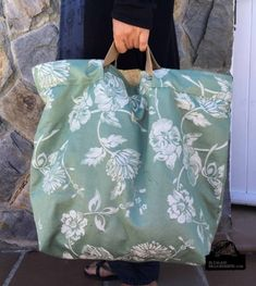 SAL bolsa tipo capazo con tela de colchón en verde y dorado con Megacosidores - Carpet Bag, Diaper Bag Backpack, Diaper Bags, Diy Purse, Linen Bag, Bag Patterns To Sew, Denim Bag, Simple Bags, Fabric Bags