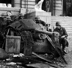 German soldiers disguised in a 50-mm anti-tank gun PaK 38 in Stalingrad.